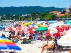 Banhistas lotam a praia de Canasvieiras, em Florianópolis, durante quarentena do novo coronavírus