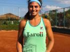Carol Meligeni com o troféu de título que conquistou no Egito