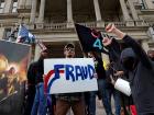 Eleitores de Trump denunciam fraude diante do Capitólio de Lansing, em Michigan