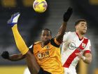 Willy Boly, do Wolverhampton, sofre marcação de Adams, do Southampton