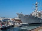 O destróier americano USS John S. McCain na base naval de Yokosuka, no Japão