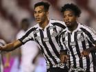 Marinho e Kaio Jorge comemoram o gol do Santos diante da LDU