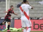 Bissoli comemora gol no empate do Athletico com o River Plate em Curitiba