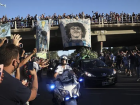 Multidão acompanhou o cortejo de Maradona, que foi enterrado no cemitério Jardín Bella Vista