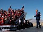 Presidente Donald Trump fala a apoiadores em um comício em Bullhead City, Arizona, em outubro