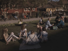Suecos fazem piquenique em parque de Estocolmo: escolas de ensino médio serão fechadas
