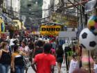 Pessoas andam em uma rua comercial popular no Rio de Janeiro.