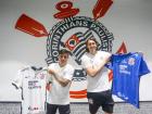 Fagner e Cássio mostram o novo patrocínio na camisa do Corinthians