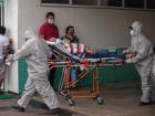Nível de ocupação dos leitos de UTI para covid-19 em Manaus era de cerca de 90% no início de janeiro, de acordo com boletim epidemiológico do Observatório Covid-19, da Fiocruz. Imagem mostra paciente sendo transportado do Hospital 28 de Agosto