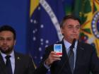 Jair Bolsonaro mostra caixa de cloroquina em pronunciamento