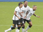 Jogadores do Corinthians celebram gol de Jô e virada sobre a Ponte Preta