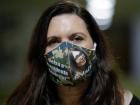 A deputada federal Bia Kicis, usando a máscara com os dizeres 'e daí?', em maio do ano passado; ela é cotada para presidir a comissão mais importante da Câmara