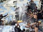 Durante o confronto, um dos torcedores do Corinthians tomou um cassetete das mãos de um dos policiais, revidando os golpes