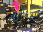 Policial rodoviário conduz jovem preso com moto furtada