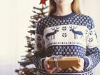 Internautas estão publicando fotos em suas redes sociais em que aparecem com um dos seios para fora do suéter.