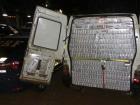 No interior do carro foram encontrados 60 caixas de cigarros que somaram 30 mil maços do ilícito e um rádio telecomunicador que provavelmente era usado para se comunicar com o batedor