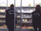 A fiscalização do Procon Estadual, realizada nessa quarta-feira (21) em um supermercado, na Capital, constatou mais de 100 produtos com diversas irregularidades e que estavam expostos normalmente para venda