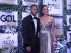 Neymar ao lado da namorada Bruna Marquezine durante evento do Instituto Neymar
