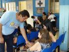 Servidores auxiliam no acolhimento dos pacientes. (Foto: SESAU).