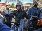 O presidente do Brasil, Jair Bolsonaro, passeia de moto por Brasília