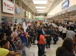 Ansiosos, os clientes aguardaram o fim da cerimônia de reinauguração para fazer as compras