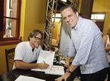 O arquiteto Ângelo Arruda outografa seu livro ao médico Ricardo Ayache
