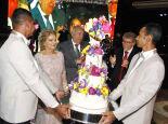 Therezinha dos Santos Samways brinda seus 80 anos em família