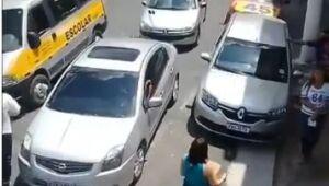 Vídeo mostra carro de som com adesivo de Covas próximo a local de distribuição de cestas básicas