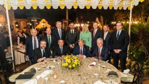 Embaixador Nestor Forster Junior (atrás de Bolsonaro), em março, na Flórida, passou ao governo dados que insistiam na tese de fraude