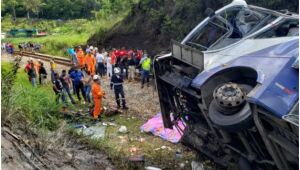 Sobe para 19 número de mortos em acidente de ônibus no interior de Minas