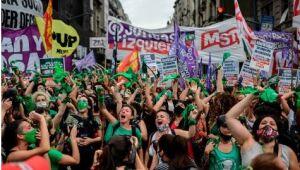 Ao longo das discussões sobre a legalização do aborto na Argentina, que foi aprovado pela Câmara e segue para o Senado, manifestantes se aglomeraram nas ruas