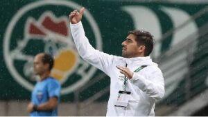 Abel Ferreira orienta equipe no duelo com o Libertad