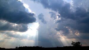 Manhã de céu claro e tarde com pancadas de chuva