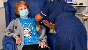 Margaret Keenan, de 90 anos, foi a primeira pessoa a ser imunizada contra a covid-19 no Reino Unido