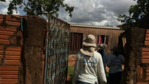 Vistorias nas residências começaram a ser intensificadas. (Foto: Sesau).