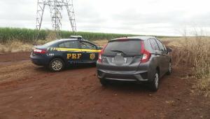 A equipe constatou que o automóvel tinha sinais de adulteração, com placas originais de Goiânia/GO, onde possuía registro de roubo/furto