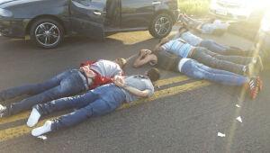 A PRF encaminhou os dois adolescentes para a Delegacia de Polícia Civil em Xambrê e os demais cinco presos para a Delegacia da Polícia Federal em Guaíra, junto com os veículos apreendidos
