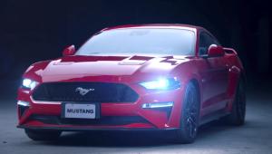 A nova produção destaca detalhes marcantes do design do Mustang, como as emblemáticas lanternas traseiras de três barras, agora com luzes de LED, o aerofólio em formato de asa e o distintivo GT na traseira