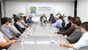 O deputado Júnior Mocchi coordenou a reunião, acompanhado do deputado João Grandão