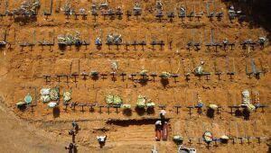 Vista aérea mostrando coveiros enterrando uma pessoa no cemitério de Nossa Senhora Aparecida, no bairro de Taruma, em Manaus.