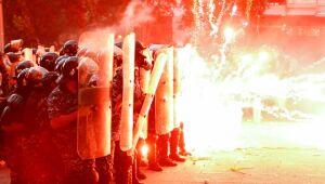 Manifestantes disparam fogos de artifício durante protestos em Beirute, no Líbano