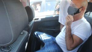 Queiroz deixou o condomínio dentro de um carro do Tribunal de Justiça do Rio (TJRJ), que chegara minutos antes.