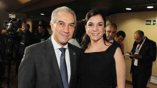 O governador reeleito Reinaldo Azambuja e a esposa Fátima