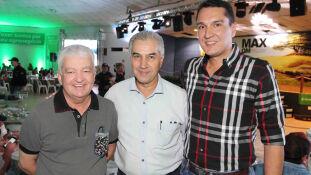 O anfitrião da noite, Fernando Rabelo Gonçalves com o governador Reinaldo Azambuja e seu filho, médico veterinário, Rafael Azambuja