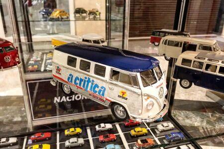 Com uma réplica do veículo que distribui há 37 anos, todos os domingos, o tradicional periódico de Mato Grosso do Sul, o jornal A Critica está presente no Salão do MiniAutomóvel.