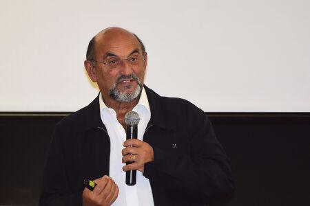 Questionado sobre a dívida corintiana para pagar o seu estádio, que seria de R$ 1,2 bilhão, o diretor corintiano também viu diferenças no modelo de negócios