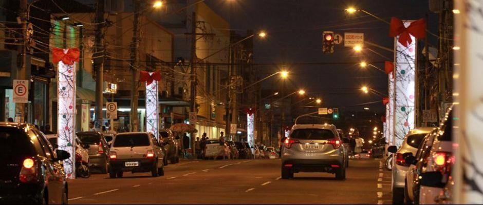 Desde 2014 sem decoração natalina, Rua 14 de Julho ganhou luminárias gigantes na última terça-feira