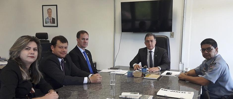 Secretário de Segurança discute parcerias com diretor do Presídio Federal de MS