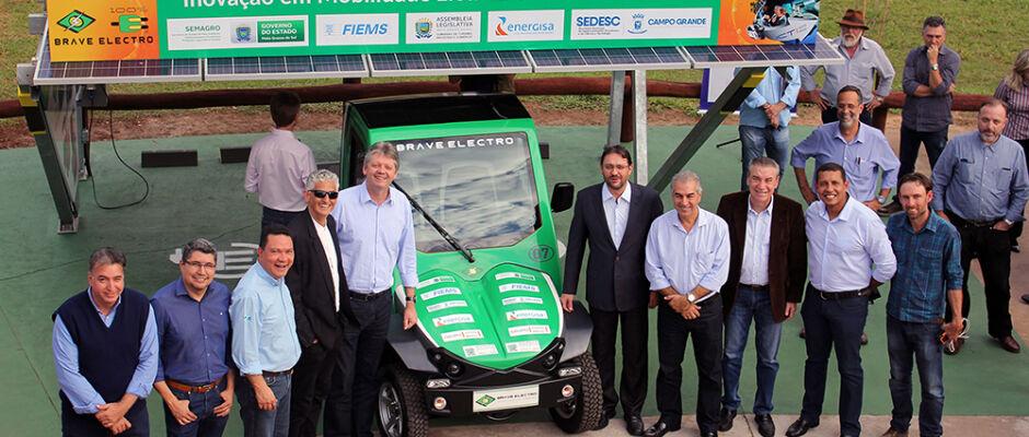Governo recebe garagem fotovoltaica e carro elétrico para utilizar em parque