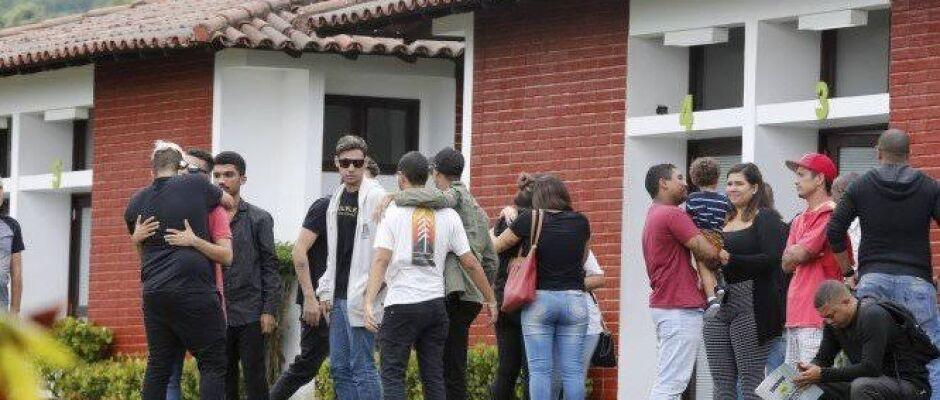 Rapaz sufocado e morto em supermercado é enterrado no Rio